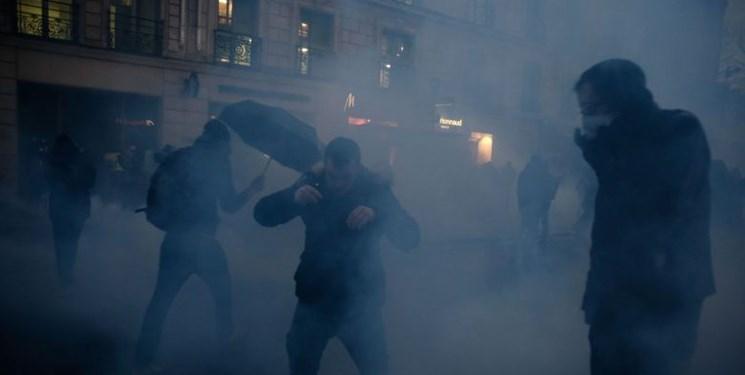 فیلم، پلیس فرانسه به سمت معترضان گاز اشک آور شلیک کرد