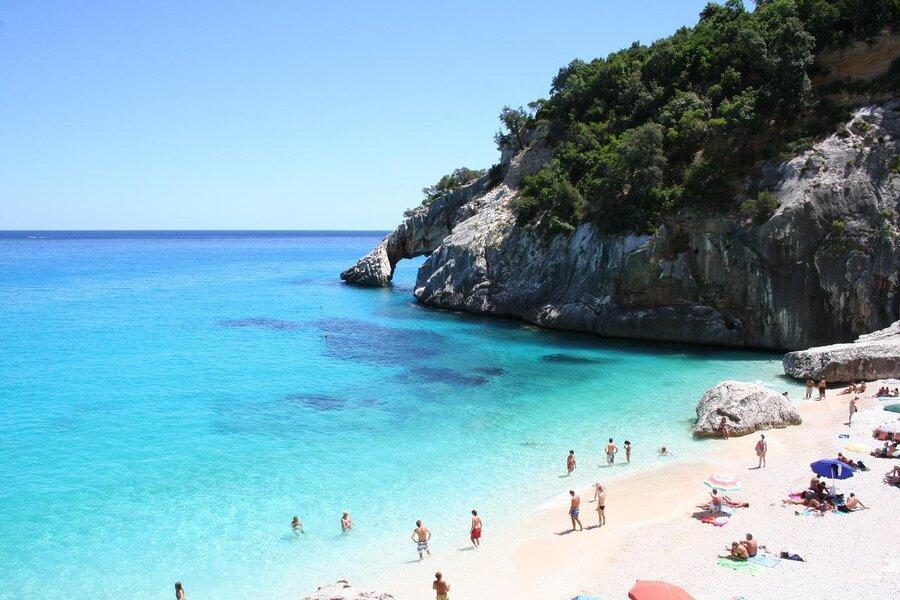 ساحل شلوغ و پر هوادار در ساردنیا ایتالیا پولی شد