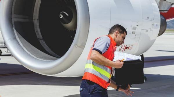 خطوط مارپیچی شکل و سفیدرنگ روی موتور هواپیما چیست؟